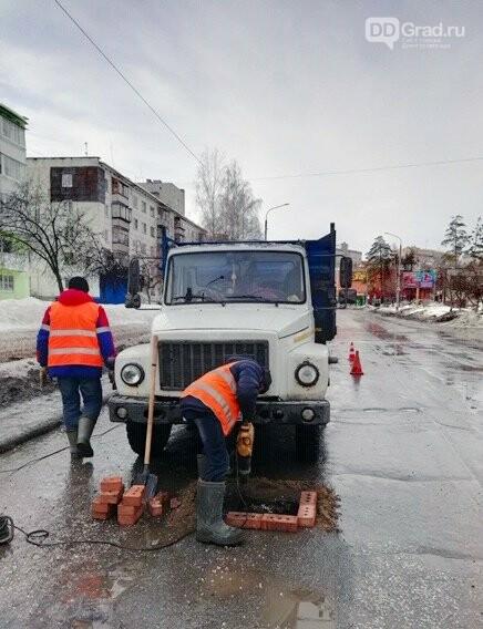 Дорожники латают ямы кирпичом, фото-1