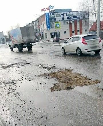 Дорожники латают ямы кирпичом, фото-3