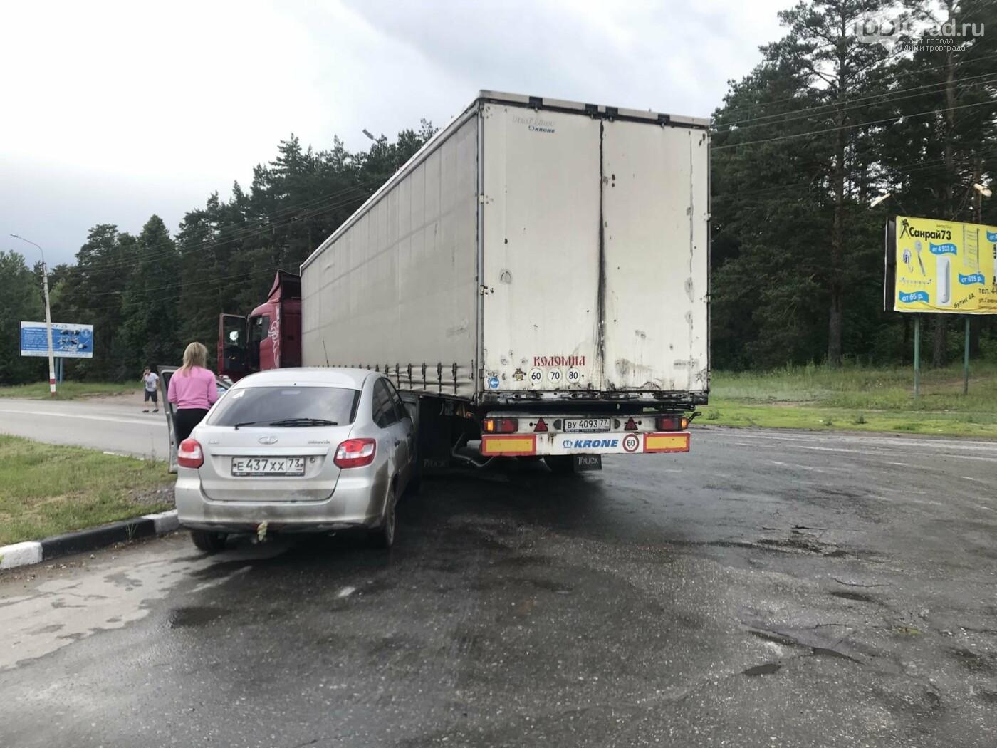 На димитровградской дороге длинномер зажал легковушку, фото-3