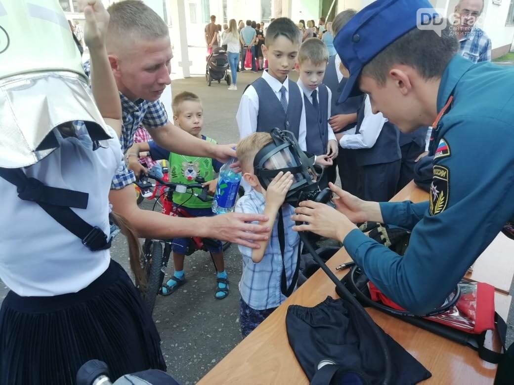 Пожарные-спасатели приняли участие в праздничных линейках первого сентября, фото-1